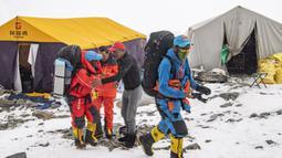 Tim pembangunan jalan berangkat dari Advance Camp yang berada di ketinggian 6.500 meter di Gunung Qomolangma atau Gunung Everest di Daerah Otonom Tibet, China, Minggu (10/5/2020). Tim akan membuat rute menuju puncak Gunung Everest pada 12 Mei jika kondisi cuaca memungkinkan. (Xinhua/Sun Fei)