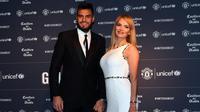 Kiper MU, Sergio Romero hadir bersama istrinya,  Eliana Guercio, di acara gala dinner tahunan klub di Old Trafford, Selasa (22/1). (AFP/Paul Ellis)