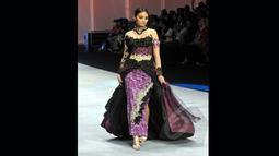 Seorang model memeragakan kebaya dengan dominan warna ungu di Indonesia Fashion Week 2015 di JCC, Minggu (1/3/2015). Fransisca Darmawan berhasil mengemas busana tradisinal menjadi kebaya modern (Liputan6.com/Panji Diksana)