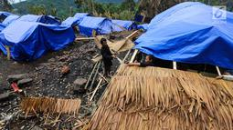 Suami istri sedang membuat atap rumah dari jerami di lokasi bekas kebakaran di Kampung Cisaban II, Desa Kanekes, Banten, Kamis (01/6). Warga Baduy Luar mulai membangun kembali rumah mereka yang terbakar beberapa waktu lalu. (Liputan6.com/Fery Pradolo)