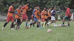 Latihan 12 anak SSB itu dipimpin oleh Sani Tawainella yang merupakan pelatih dari SSB Tulehu Putra. (Bola.com/Peksi Cahyo)