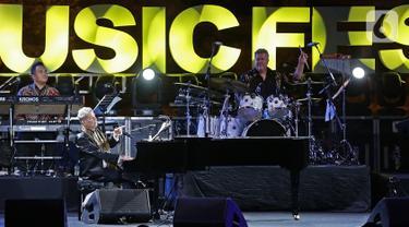 Komposer dunia David Foster tampil dalam gelaran Batik Music Festival 2019 di Candi Prambanan, Yogyakarta, Sabtu (5/10/2019). Meski di usia yang hampir menginjak 70 tahun, David Foster tetap tampil prima di hadapan ribuan penonton. (Kapanlagi.com/Bambang Ekoros Purnama)