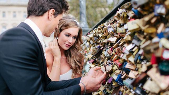 Sejak zaman dulu hingga sekarang, masyarakat mempunyai cara tersendiri untuk mengungkapkan rasa cintanya pada pasangannya.