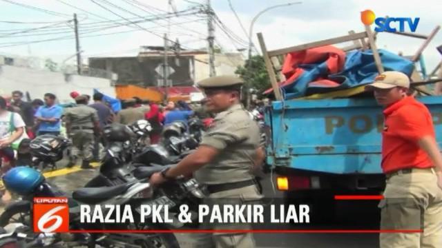 Sudah berulang kali ditertibkan, para PKL dan parkir liar masih menjamur di kawasan Jatinegara.