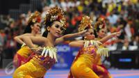 Penari Bali menarikan tari pendet saat pembukaan WKF World Junior, Cadet and U-21 Championship 2015 di ICE Serpong, Banten, Kamis (12/11/2015). 1.425 peserta dari 91 negara berlaga di ajang ini. (Liputan6.com/Helmi Fithriansyah)