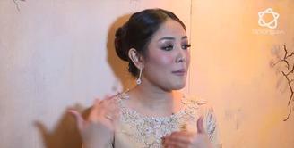 Penyanyi Nindy menjadi pusat perhatian akibat fashionnya yang unik, bukan hanya piyama, Meme atas dirinya pun dianggapnya lucu.