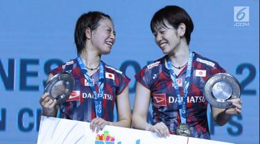 Ganda putri Jepang, Yuki Fukushima/Sayaka Hirota tersenyum di podium usai unggul atas Mayu Matsumoto/Wakana Nagahara di Final Indonesia Open 2018 di Istora GBK, Jakarta, (8/7). Yuki/Sayaka menang 21-14, 16-21, 21-14. (Liputan6.com/Helmi Fithriansyah)