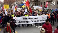 Sejumlah pekerja Hungaria melakukan aksi protes di Budapest. Mereka menentang Undang-undang tenaga kerja baru.