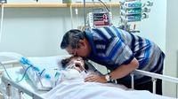 SBY menunggui ibunya yang tengah sakit.