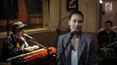 Sophia Latjuba saat latihan bersama band NeV+ di Musica Studio, Jakarta, Jumat (26/1). NeV+ bersama Sophia Latjuba akan membawakan salah satu lagu hits dari Nidji dalam acara Love and Fabulous Festival (LAFF) 2018. (Liputan6.com/Faizal Fanani)