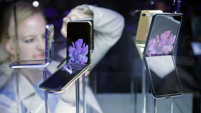 Samsung memperkenalkan smartphone layar lipat terbarunya, Galaxy Z Flip pada acara Unpacked 2020 di San Francisco, Selasa (11/2/2020). Galaxy Z Flip memiliki desain clamshell yang terlihat seperti kotak kecil saat ditutup dan layarnya akan memiliki ukuran 6,7 inci ketika dibuka. (AP/Jeff Chiu)