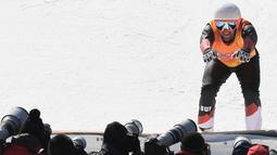 Atlet Marc Bischofberger dari Swiss bergaya dihadapan fotografer setelah menempati posisi kedua di cross ski pria dalam final di Olimpiade Musim Dingin Pyeongchang 2018 di Phoenix Park di Pyeongchang (21/2). (AFP Photo/Loic Venance)