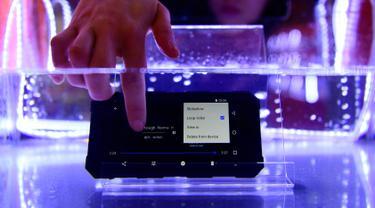 Pengunjung menguji smartphone tahan air Nomu S50 Pro dalam gelaran Mobile World Congress (MWC) 2019 di Barcelona, Spanyol, Senin (25/2). Perusahaan fokus pada layar yang dapat dilipat dan pengenalan jaringan nirkabel 5G. (GABRIEL BOUYS/AFP)