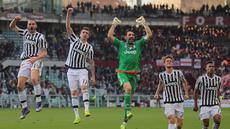 Gianluigi Buffon (tengah) merayakan kemenangan bersama para pemain Juventus pada laga lanjutan Serie A di  di Stadion Olimpico, Turin, Senin (21/3/2016) dini hari WIB. (AFP/Marco Bertorello)