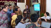 Presiden Joko Widodo atau Jokowi meninjau integrated digital work (IDW) di Kantor Kementerian PPN/Bappenas Jakarta. (Dok. Biro Pers Kepresidenan)