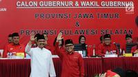 Pasangan Cagub dan Cawagub Jawa Timur, Saifullah Yusuf (kiri) dan Abdullah Azwar Anas saat diperkenalkan Ketum PDIP Megawati Soekarno Putri, Jakarta, Minggu (15/10). Megawati juga mengumumkan Cagub dan Cawagub Sulsel. (Liputan6.com/Helmi Fithriansyah)