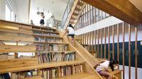 Moon Hoon berhasil membangun perpustakaan yang cukup unik dan sangat menyenanangkan.