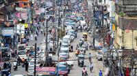 Para penumpang terlihat di sepanjang jalan di Chowk, Allahabad, Senin (17/8/2020). Kasus kematian akibat Covid-19 di India telah melewati 50 ribu pada Senin (17/8), dengan kawasan pedesaan dan kota kecil yang lemah dalam sistem kesehatan menjadi daerah terdampak paling parah. (SANJAY KANOJIA/AFP)