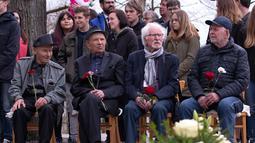 Mantan korban kamp konsentrasi Nazi berkumpul untuk memperingati 73 tahun pembebasan di bekas kamp konsentrasi Nazi Mittelbau Dora, Jerman (11/4). (AP Photo / Jens Meyer)