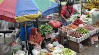Pedagang sayur-mayur menunggu pembeli di Pasar Minggu, Jakarta, Senin (10/10). Gubernur DKI, Basuki Tjahaja Purnama (Ahok) meminta PD Pasar Jaya mengambil alih seluruh pengelolaan pasar di Ibukota dari pihak ketiga. (Liputan6.com/Yoppy Renato)