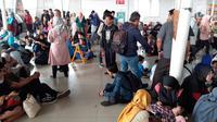 Calon penumpang KRL Commuter Line menanti waktu pemberangkatan di Stasiun Bogor, Jawa Barat, Minggu (4/8/2019). Ratusan calon penumpang KRL Commuter Line tertumpuk di Stasiun Bogor akibat terjadi pemadaman listrik di Jakarta dan sebagian Jawa Barat. (Liputan6.com/Helmi Fithriansyah)