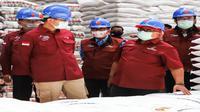 Mensos Julari P Batubara meninjau gudang Bulog Kabupaten Cirebon untuk memastikan KPM PKHmendapat bantuan beras 30 kilogram yang disalurkan September ini. Foto (Istimewa)
