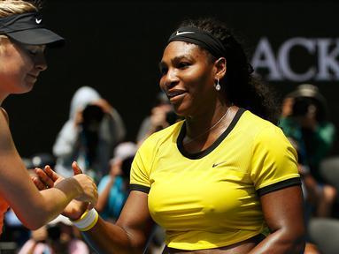 Petenis putri asal Rusia, Maria Sharapova (kiri) berjabat tangan dengan petenis Amerika Serikat, Serena Williams pada perempat final turnamen tenis Australia Open 2016 di Melbourne Park (26/1). Williams Kalahkan Sharapova 6-4, 6-1. (REUTERS/Tyrone Siu)