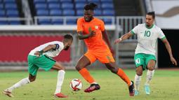 Pemain berikutnya yang bersinar di matchday pertama Olimpiade 2020 adalah Franck Kessie. Ia menjadi aktor yang krusial di balik kemenangan Pantai Gading atas Arab Saudi usai sukses mengoyak gawang milik Mohammed Al-Rubaie di pertengahan babak kedua.  (Foto: AFP/Yoshikazu Tsuno)