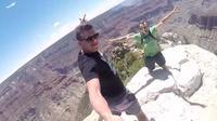 Cuplikan yang diambil dengan Kamera GoPro milik Dan Burkovskiy (kiri) dan temannya pada saat berlibur di Grand Canyon. (foto: Boston.com)