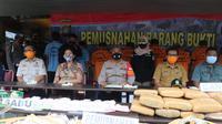 Polres Metro Tangerang Kota memusnahkan 200 kilogram ganja kering, Selasa (13/10/2020). (Liputan6.com/ Pramita Tristiawati)
