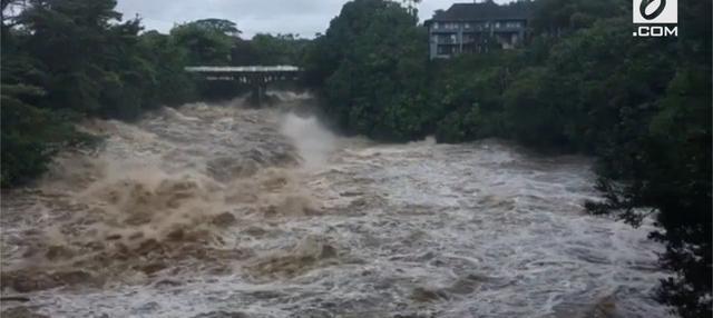 Sungai Wailuku sedang mengamuk dan meluapkan airnya ke lokasi yang lebih rendah.