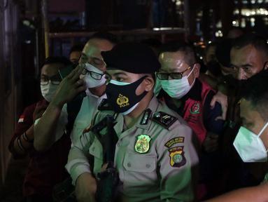 Terpidana kasus pembalakan liar dan perusakan alam, Adelin Lis (tengah) saat tiba di Gedung Penerangan Kejaksaan Agung, Jakarta, Sabtu (19/6/2021). Adelin Lis ditangkap di Singapura dan dipulangkan ke Indonesia setelah buron selama 13 tahun. (Liputan6.com/Helmi Fithriansyah)