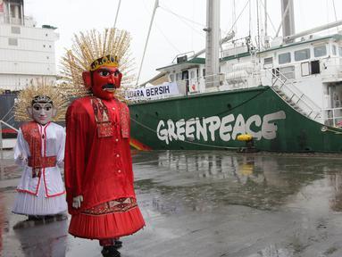 Sepasang ondel-ondel menyambut kapal milik Greenpeace, Rainbow Warrior yang berlabuh di Pelabuhan Tanjung Priok, Jakarta, Senin (23/4). Kapal ini tengah menjelajahi Nusantara selama 2,5 bulan untuk menyebarkan kampanye hijau. (Liputan6/Arya Manggala)
