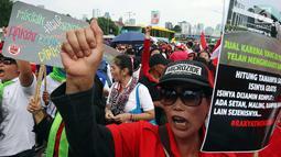 Masyarakat dari Presidium Rakyat Menggugat berteriak saat melakukan demo di depan Gedung MPR/DPR, Senayan, Jakarta, Jumat (23/3). Dalam aksinya mereka menuntut Penolakan UU No. 2/2018 tentang MD3 terkhusus pada pasal 73;122;245. (Liputan6.com/Johan Tallo)