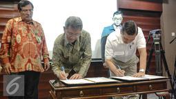 Kantor Staf Presiden dan Badan Pengawasan Keuangan dan Pembangunan (BPKP) menandatangani nota kesepahaman pengawasan serta pengendalian program prioritas nasional di Gedung Bina Graha, Jakarta, Jumat (10/7/2015). (Liputan6.com/Faizal Fanani)