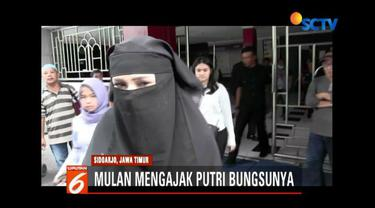 Mulan Jameela dan Safeea Ahmad mengunjungi Ahmad Dhani di Rutan Kelas 1 Khusus Surabaya.