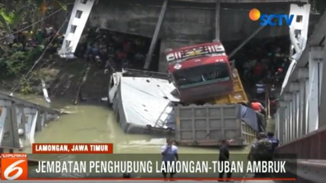 Akibatnya tiga truk tronton yang sedang melintas di atas jembatan ikut jatuh ke sungai.