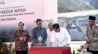 Presiden Jokowi menandatangani prasasti saat peresmian pengoperasian Waduk Nipah di Sampang, Madura, Jatim, Sabtu (19/3). Kapasitas volume air Waduk Nipah adalah 6 juta meter kubik. (Setpres/Cahyo)