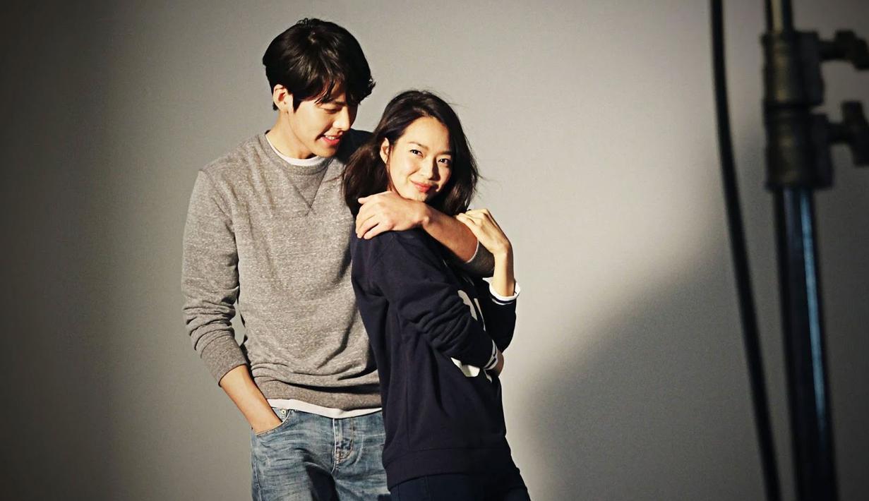 Kim Woo Bin dan Shin Min Ah merupakan salah satu pasangan Korea Selatan yang serasi dan kompak. Lihat saja betapa mesranya mereka saat menjalani sebuah pemotretan. (Foto: koreaboo.com)