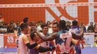 Para pemain putra BNI 46 merayakan kemenangan atas Palembang Bank SumselBabel pada seri ketiga putaran kedua Proliga 2019 di GOR Sritex Arena, Solo, Minggu (27/1/2019). Putra BNI 46 tampil sebagai juara putaran kedua. (foto: PBVSI)