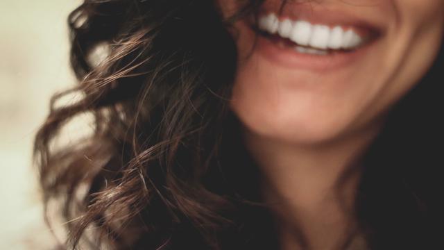Apa Beda Behel dan Aligner dalam Fungsi Meratakan Gigi?