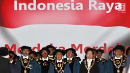 Rektor Institut Teknologi Bandung (ITB) Kadarsah Suryadi (tengah) menyanyikan lagu Indonesia Raya jelang Sidang Terbuka Dies Natalis ke-59 di Aula Barat ITB, Bandung, Jawa Barat, Jumat (2/3). (Liputan6.com/Immanuel Antonius)