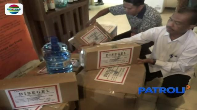 Petugas BPOM di Surabaya gerebek gerai kosmetik di sebuah restoran. Diketahui, produk-produk di dalamnya tak mengantongi izin.
