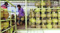 Pekerja menata tabung gas LPG 3 Kg di salah satu pangkalan LPG kawasan Sunter, Jakarta Utara, Jumat (21/7). Sedangkan harga pengecer berada diantara Rp. 18.000 – Rp 20.000. (Liputan6.com/Angga Yuniar)