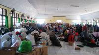Sejumlah bantuan logistik untuk korban gempa Palu dipusatkan di Asrama Haji Sudiang, Makassar (Liputan6.com/ Eka Hakim)