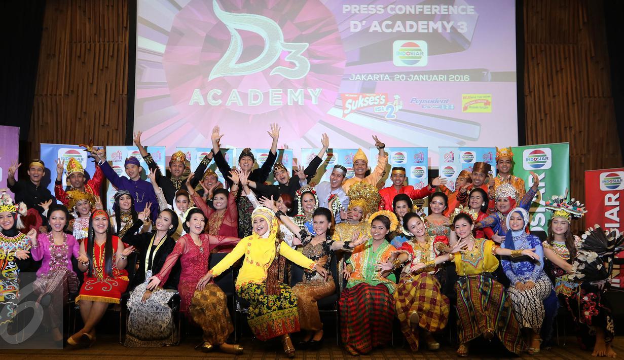 Para Peserta Dangdut Academy 3 berfoto bersama seusai jumpa pers Dangdut Academy di SCTV tower, Jakarta, Kamis (20/01).Peserta Dangdut Academy 3 kali ini berjumlah 36 peserta. (Liputan6.com/Herman Zakharia)