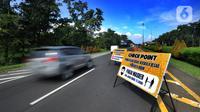 Papan pengumuman pemberlakuan PSBB terpasang di pintu keluar Tol Jagorawi di Baranangsiang, Bogor, Rabu (15/4/2020). Pemerintah telah resmi menerapkan Pembatasan Sosial Berskala Besar (PSBB) di wilayah Bogor per hari ini dalam rangka percepatan penanganan COVID-19. (merdeka.com/Arie Basuki)
