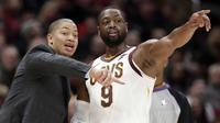 Pelatih Cavaliers, Tyronn Lue (kiri) memberikan arahan kepada Dwyane Wade pada laga NBA basketball game di Quicken Loans Arena, Cleveland, (18/11/2017), Cavs menang 118-113. (AP/Tony Dejak)