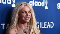 Britney Spears tersenyum saat berpose menghadiri Penghargaan GLAAD Media Awards 2018 ke-29 di Beverly Hilton Hotel di Beverly Hills, California (12/4). Bintang pop berusia 36 tahun ini tampil dengan gaun perak super seksi. (AP Photo/Chris Pizzelo)
