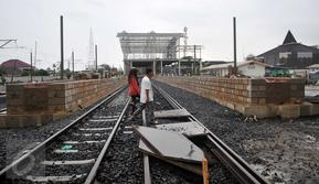 Warga melintas di jalur baru rel Double Double Track (DDT) di lintasan rel kereta api, Cikarang, Jawa Barat, (8/2). Proyek pembangunan rel ganda KRL dan kereta jarak jauh jalur Cikarang-Manggarai tersebut hampir selesai. (Liputan6.com/Gempur M Surya)